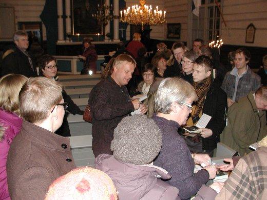 Konsertin jälkeen taiteilija kirjoitti nimikirjoituksia kirjoihinsa ja levyihinsä. jotka loppuivat Sirkka Liljanderin hoitamasta myyntipisteestä pahasti kesken.