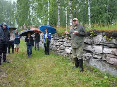 Seppo Vuokko (oikealla) kirjoitti kirjan puiden elämästä.yksilöinä ja yhdessä-