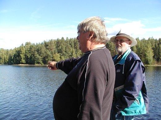 Siltahankkeen puuhamiehet Jaakko Uuttu (vas.) ja Jaakko Ahola antoivat tielle nimen. Lemin Kirjavan kuvassa kesältä 2013 he esittelevät tulevan sillan paikkaa.