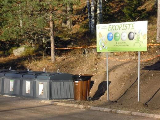 Kierrätysjätepiste on liikekeskuksen luona Mataramän alla.