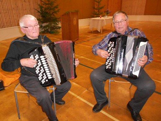 Eino Aapron (vas.) ja Jukka Talkan hanurit kohtasivat Taipalsaaren Harjulassa.