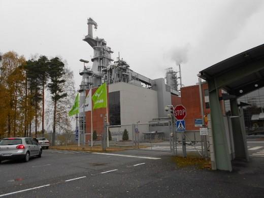 Metsä Groupin Joutsenon tehtailla vihreät liput liehuivat kutsuvasti Metsä Fibren pääportilla.