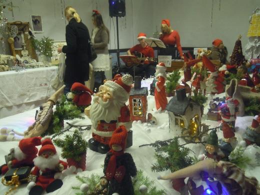 Nuorisotilan biljardipöytä oli Teeman mukaisesti Joulumaa.