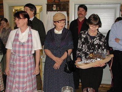 Nuorisoseuran puheenjohtaja Leena Uski vastaanotti kiertopalkintona toimivan säräkaukalon ja siihen mahtuvan säräpaistin.