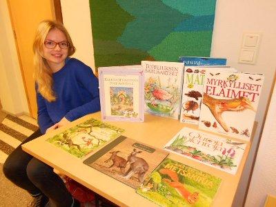 Lukiolainen Sara Näkki tuuraa äitiään, joka on tuonut mahtavan määrän lasten kirjoja tarvitsevill