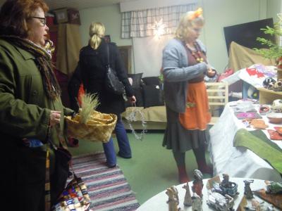 Sari (vas.) ja Paula Kouki myivät keramiikkaansa. He kertoivat, että sunnuntaina Savitaipaleen käsityöläisten joulunavauksessa on tuotteita yhdeksältä pajalta.