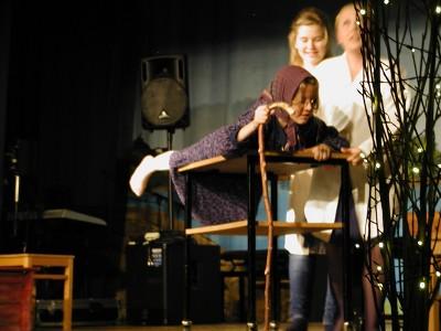 Tyttöjen näytelmäryhmä esitti vauhdikkaan näytelmän Perintöä odottaessa.