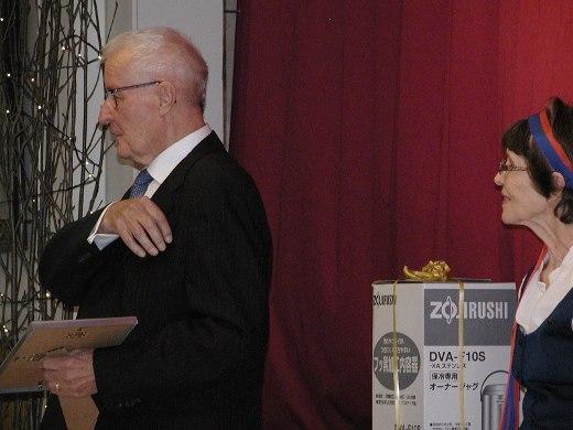 Ohjaaja Lauri Väärä kutsuttiin nuorisoseuran kunniajäseneksi. Oikealla nuorisoseuran puheenjohtaja Leena Uski.