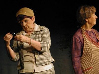 Liisa Junnonen (vas.) on Maija Kyllliäisen roolissa, Aira Grén esittää Katrin äitiä Markettaa.