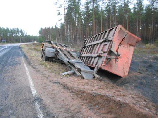 Kuljetuslava makasi vielä tien luiskassa.