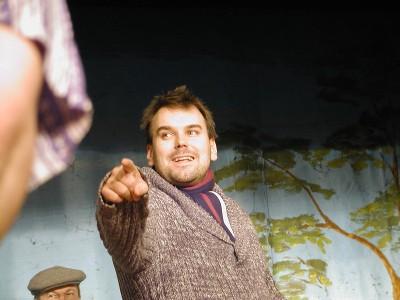 Ohjaaja Sami Sivonen lämmitti näyttelijäkaartiaan lauantaina näytelmän ensimmäisessä läpimenossa.