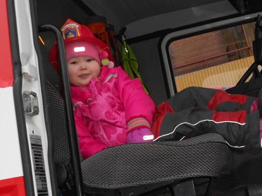 Pieni Siiri kiipesi reippaasti punaiseen paloautoon, mutta ei ole kuitenkaan vielä varma, tuleeko tästä hänelle työ ja ammatti.