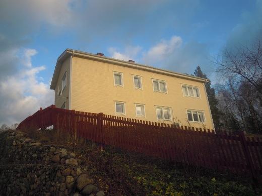 Vanha talo on maiseman kaunistus.