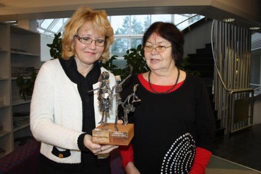 Keskustanaisten puheenjohtaja Mirja Huttunen (oik.) ja hallituksen jäsen Tuula Konttinen palkinnon keralla.