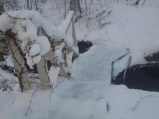 Lunta on jo aika lailla, lisää luvassa. Virtaava vesi ei pakkasessa jäädy.