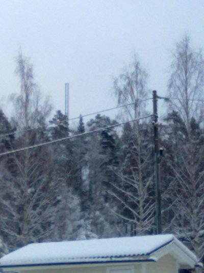 Siellä se seisoo puiden keskellä, kylän uusin kännykkämasto.