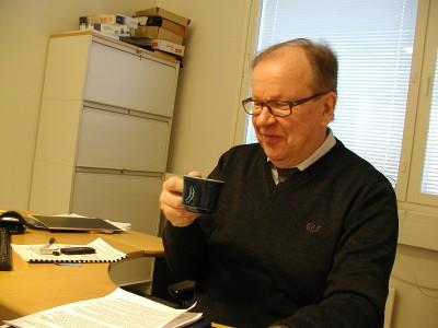 Sinisen kahvikupin hän toi töihin tullessaan. Se on palvellut kaikki kahvitunnit 35 vuoden ajan.