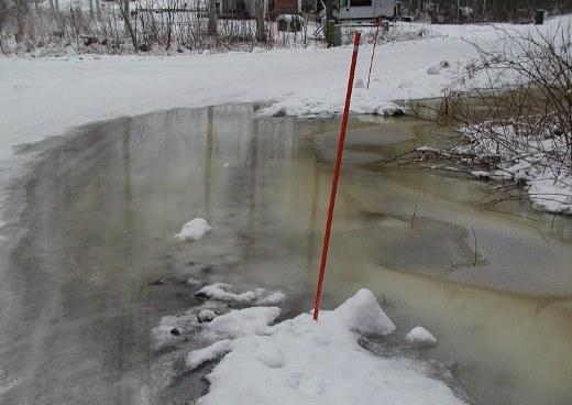 Kevättulva aikaistui Lehtotien ja Hakakadun kulmassa. Vesi nousee tielle.