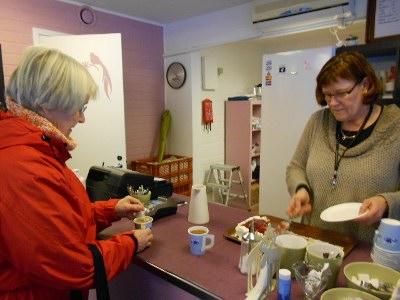 Liisa Kuivanen tuumaa, että varmaan tulee toistekin, vaikka yleensä kirkolla ei juuri tule kahvilla käytyä, kun asuu niin lähellä.