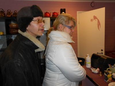 Vakiasiakkaita on paljon kuten tässä juhlakahviaan odottavat Mari ja Timo Markku