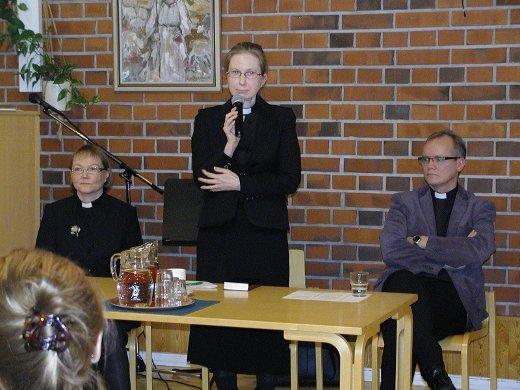 Lea Karhinen (vas.), Pirkko Hänninen ja Hannu Haikonen vastasivat seurakuntalaisten kysymyksiin.