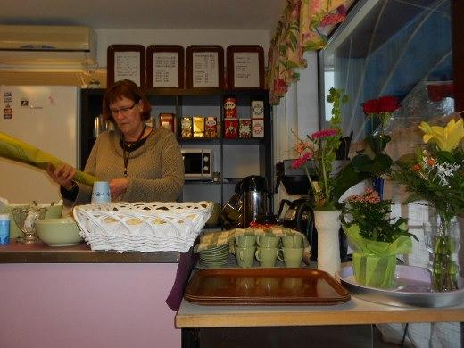 Silja Tyystjävi tarjosi kakkukahvit asiakkailleen juhlan kunniaksi.