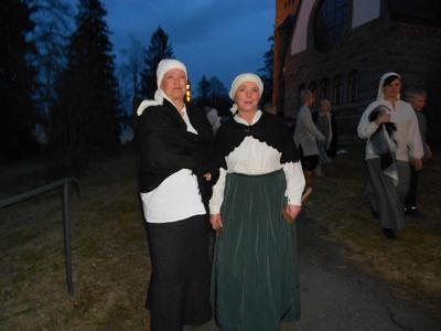 Tässä kaksi onnellista esiintyjää, olisiko Miina ja Manta, vai Riitta ja Ilona, jotka kertoivat olevansa todella onnellisia, että saivat olla mukana esittämässä tätä kirkkonäytelmää.