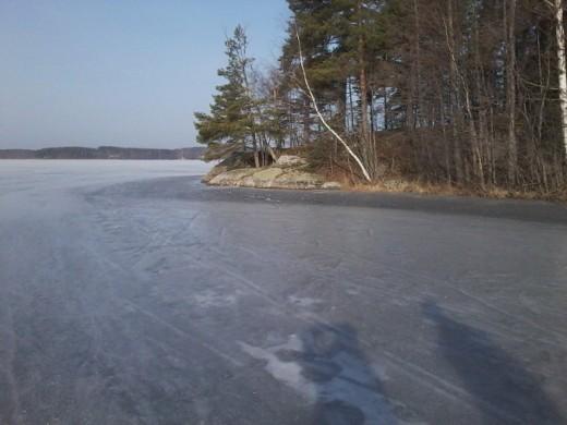 Lahnajärven jää kiilteli lumettomana, Tawastinniemen kalliot paistattelivat aamuauringossa.
