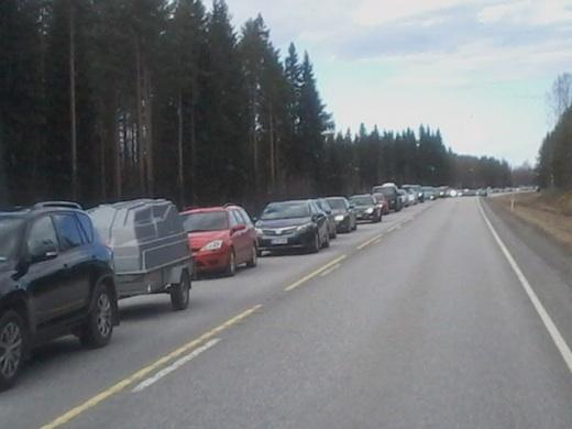Nelostiellä Äänekosken ja Viitasaaren välillä oli viiden kilometrin mittainen seisova autojono.