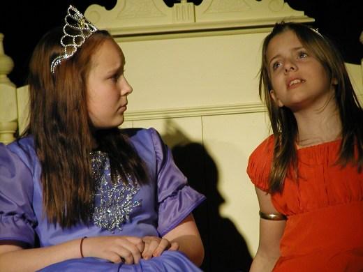 Näytelmässä esiintyvät muiden muassa Noora Tynkkynen (vas.) ja Venla Tikkala.