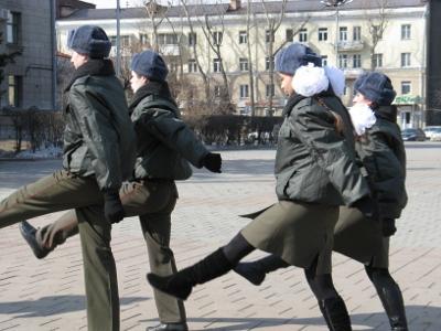 Naissotilaat marssivat ryhdikkäästi Irkutskissa.