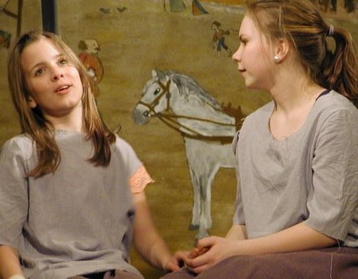Prinsessaa esittää Anni-Emilia Pekkanen (oik.), kerjäläistyttöä Venla Tikkala.