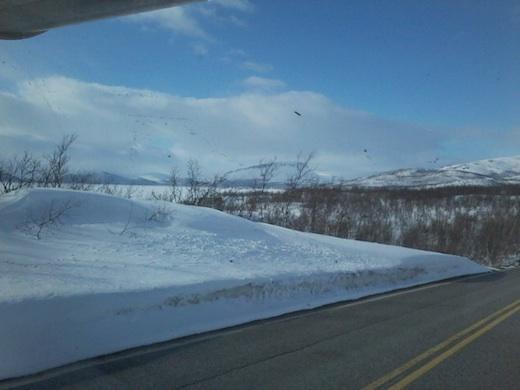 Saanaa lähestyttäessä lumipenkat nousivat korkeiksi.