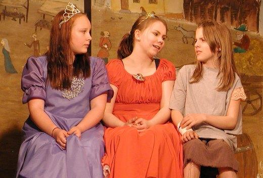 Noora Tynkkynen (vas.), Anni-Emilia Pekkanen ja Venla Tikkala nähdään Tapiolassa vielä viikonloppuna.
