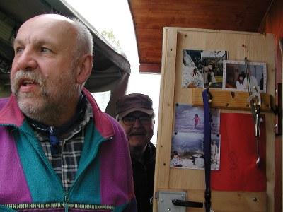 Vaunun ovessa kulkevat kuvat vaimosta ja muista läheisistä.