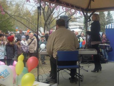 Kirsi Ståhlberg juonsi tapahtuman ja lauloi Antti Taipaleen säestyksellä.