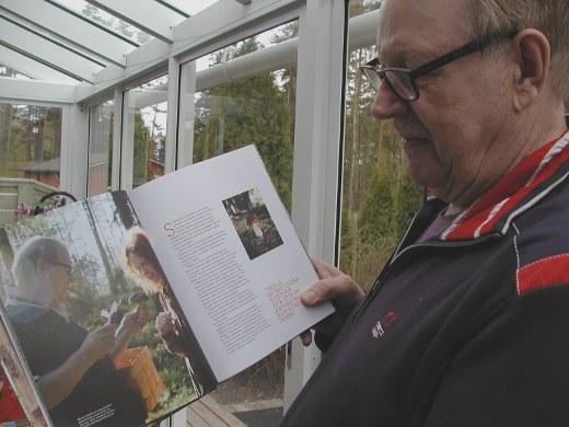Martti Hakala kävi viime kesänä sieniretkellä kirjan kirjoittaneen Saimi Hoyerin kanssa.