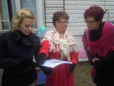 Kirsi Ståhlberg neuvonpidossa Liisa Sairan ja Kaisa Vainikan kanssa.