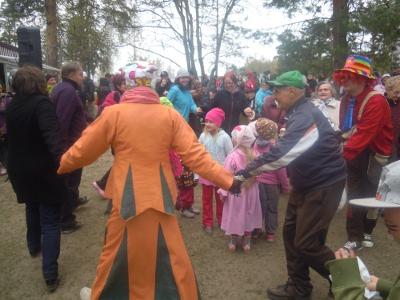 Narripukuinen Anneli Lattu vei piirileikkiin niin isot kuin pienetkin.