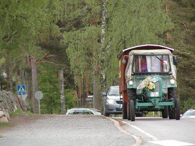 Lauantaiaamuna traktori nousi Suntianmäen Lemin kirkolle.