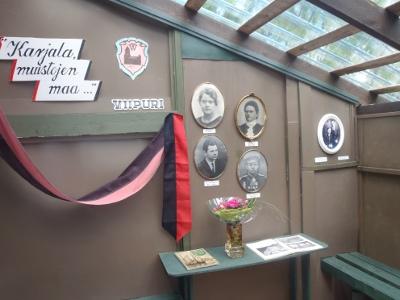 terassin seinällä oli Matti Raution karjalaisena asetelmana hänen vanhempiensa ja esivanhempiensa sekä Eeva Jokipellon vanhempien kuvat