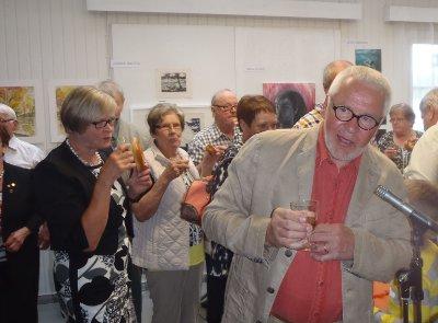tilaisuuden päätteeksi nostettiin malja Viipurinrinkelin kera Sukunäyttelylle, kuvassa kutsuvieraita Ari ja Kaarina Lindqvistin seurassa.