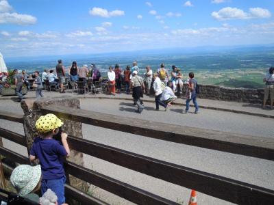 Linnan edustalta avautuu mahtava näkymä Alsacen tasangolle.