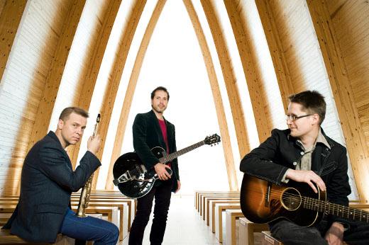 Avara-yhtyeessä Teemu Viinikainen (oik.) soittaa yhdessä Jukka Perkon (vas.) ja Saaaren kanssa.