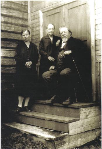 Elias Muukka perheen parissa Hovinmäen huvilalla.