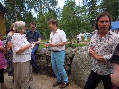 Avara-yhtye - Teemu Viitikainen (vas.), Jukka Perko ja Saari tapasivat yleisöään lauantai-illan konsertin jälkeen kirkon rappusilla.
