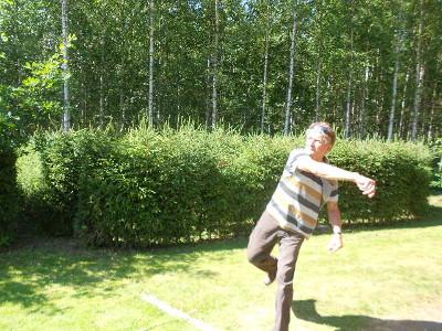 Tässä voittoisasti pitkälle heinän heittäneen Seppo Järvimiehen tyyli.