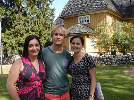 Pianisti Juho Alakärppä tapasi kirkon pihalla juhlien taiteellisen johtajan Niina Keitelin (vas.) ja toiminnanjohtaja Sanna Gangon.