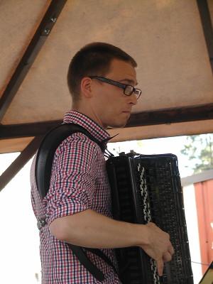 Hanurinsa kanssa esiintyi Matti Pulkki, juhlien lemiläistaiteilija.