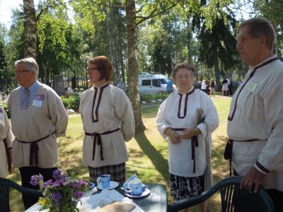 Sitten samaan kuvaan yhdessä Raija Buurin kanssa löysivät jaehtivät Matti Huttunen (oik). Anneli Lattu ja hallitseva Esko Olavi Punkka.